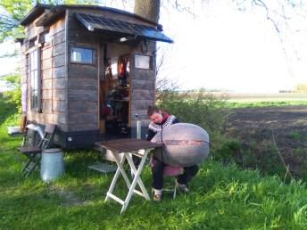 Linda Molenaar aan het werk bij Noordpolderzijl