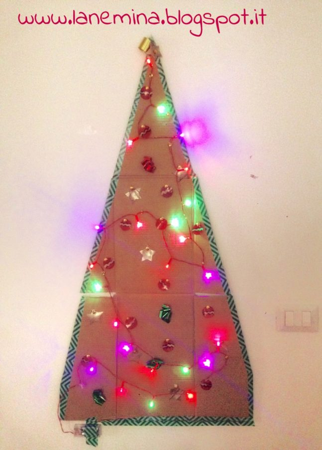 Albero di Natale fai da te con materiale di riciclo