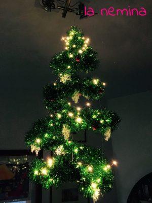 albero di natale sospeso illuminato