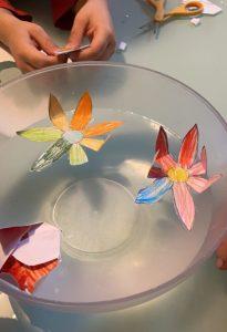 fiori di carta in acqua