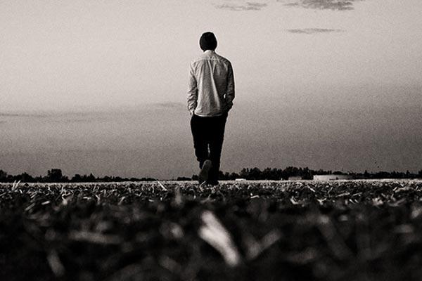 Resultado de imagen de hombre de espaldas caminando