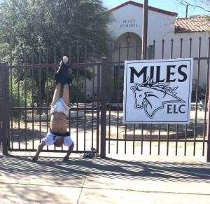 Queda colgado en la cerca de la escuela que intentó robar