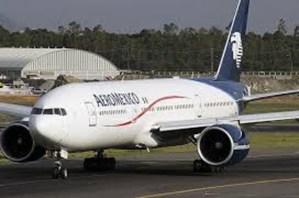Sin lesionados, golpe de avión de Aeroméxico a vehículo de servicio