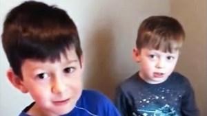 Se cansa del llanto de su hermano al que le sacaban un diente y decide intervenir