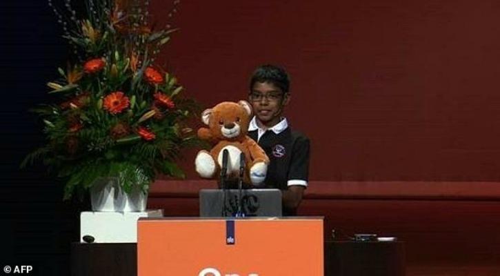 Niño hackea celulares de una conferencia para controlar su oso de juguete