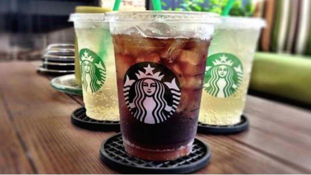 Descubren restos fecales en hielo de Starbucks para las bebidas