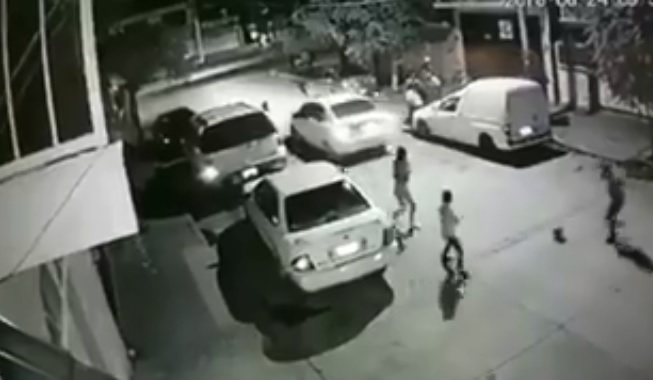Indigna ejecución de pareja frente a niños que jugaban en la calle (VIDEO)