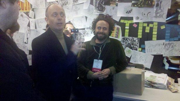 Andres Mayo explicando las peripecias de la producción y Fer Isella feliz junto las primeras 500 copias del disco.