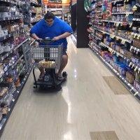 Mit 200 T-Shirts übereinander angezogen in den Supermarkt