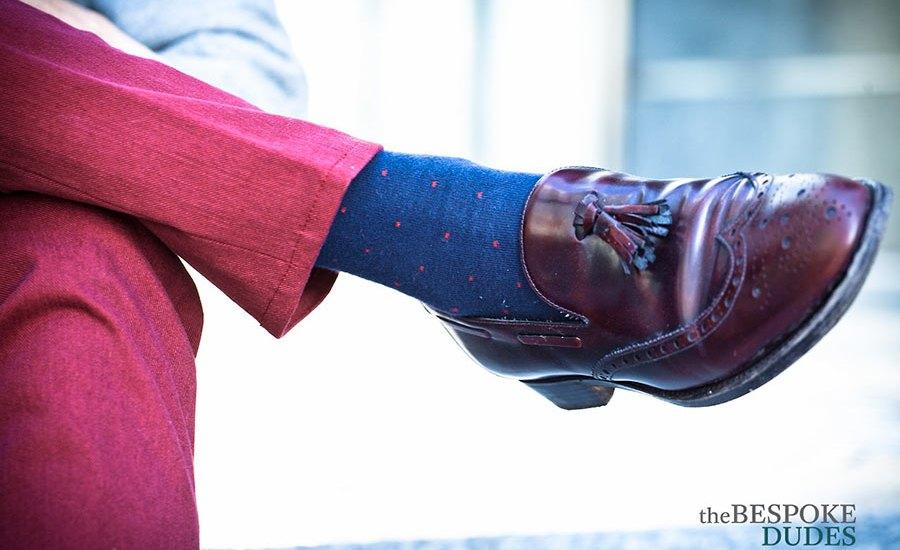calze da uomo blu a puntini rossi con pantaloni rosa e scarpe bordeaux