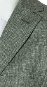 Particolare del rever di un blazer estivo verde in lino