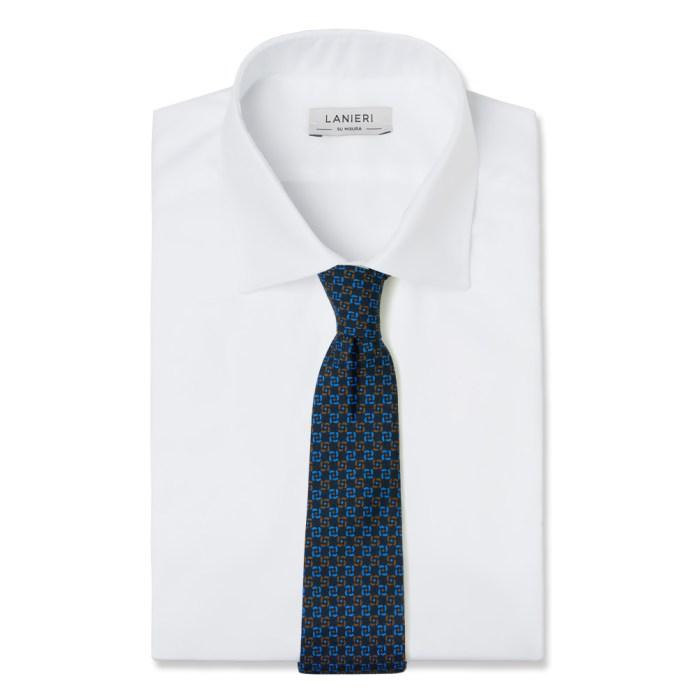 cravatta blu in seta annodata su camicia