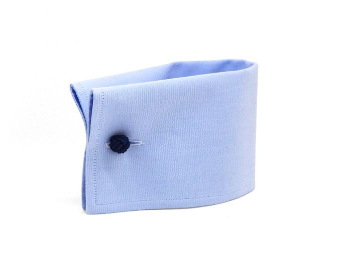 Poignet mousquetaire carré avec boutons de manchette en tissu bleu