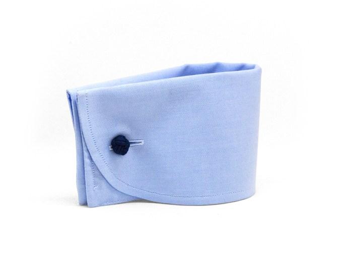 Poignet mousquetaire rond avec boutons de manchette en tissu bleu