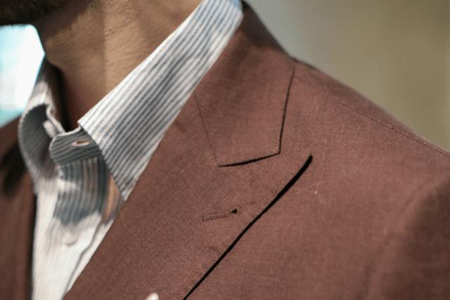 camicia lino bianca a righe e giacca marrone