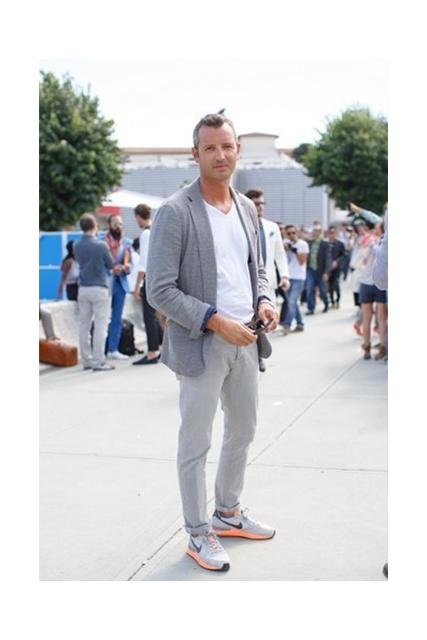 Tono su tono sportivo: chinos grigi, t-shirt bianca e giacca grigio scuro