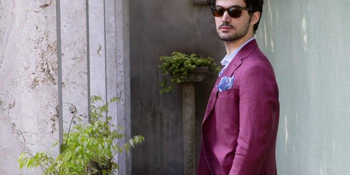 Uomo indossa giacca bordeaux in lino