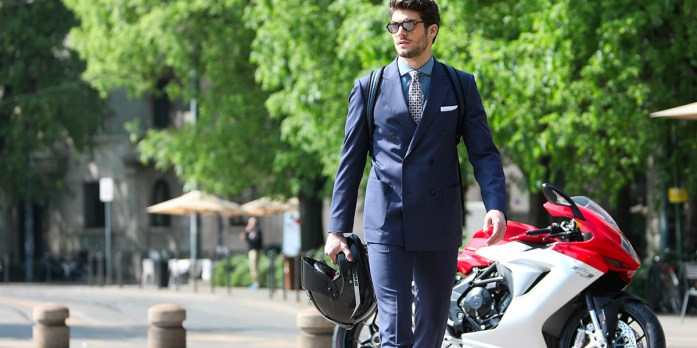 Uomo indossa abito su misura blu Lanieri