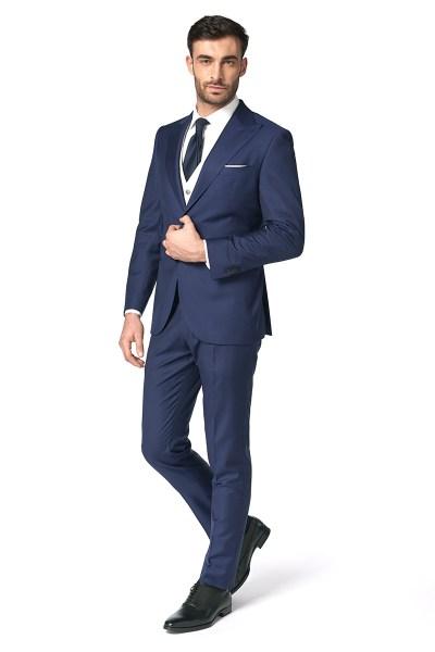 Un uomo indossa un completo blu