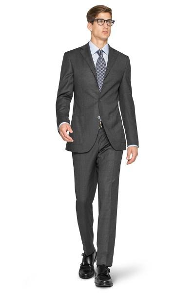 Un uomo indossa un completo grigio