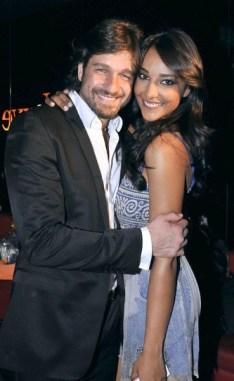 Foto della showgirl Juliana Moreira e l'inviato di Striscia la Notizia Edoardo Stoppa
