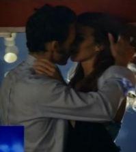 Marco e Antonia si baciano