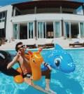 foto di Rovazzi in piscina