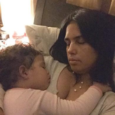 karolyn y su hija dormida en brazos