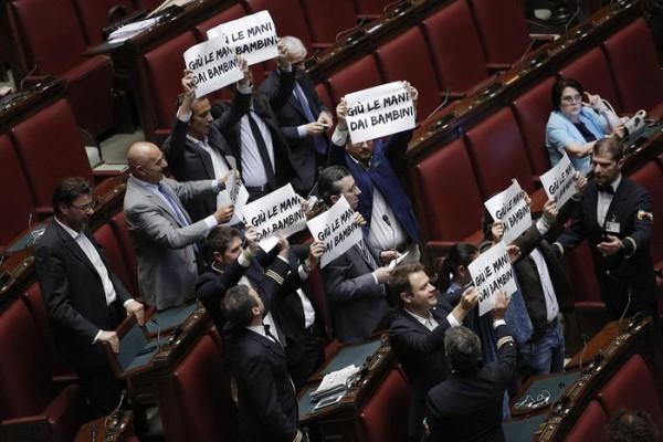 Un momento della protesta dei deputati dellla Lega Nord alla Camera durante il voto finale sul Ddl ''Riforma della scuola'', Roma 9 Luglio 2015. ANSA/GIUSEPPE LAMI
