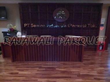 pemasangan lantai kayu di PT semen Indonesia