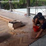 pemasangan lantai kayu Jati herringBone