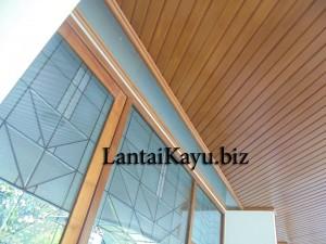 pemasangan plafon kayu di atap halaman depan rumah