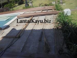pemasangan decking kayu besi sulawesi di kolam renang