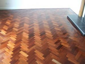 pemasangan lantai kayu herringbone