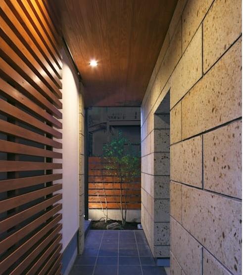 Rumah Jepang Minimalis Berbahan Lantai Kayu dan Beton