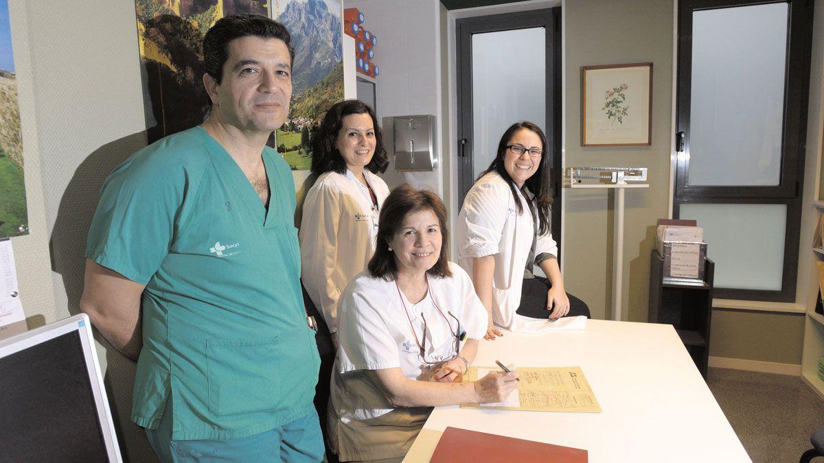 El equipo de la unidad de inflamación intestinal, con Fernando Muñoz entre ellos.   MAURICIO PEÑA