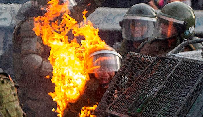 Resultado de imagen para incendian dos policías chilenas