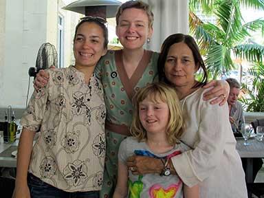 Reina María Rodríguez, su hija Miah y Kate Hedden