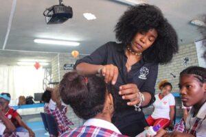 Pelo bueno, la peluquería que libera rizos y vidas, llega a Bogotá.