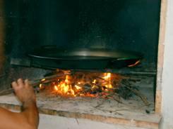Encendiendo el fuego de leña para la paella