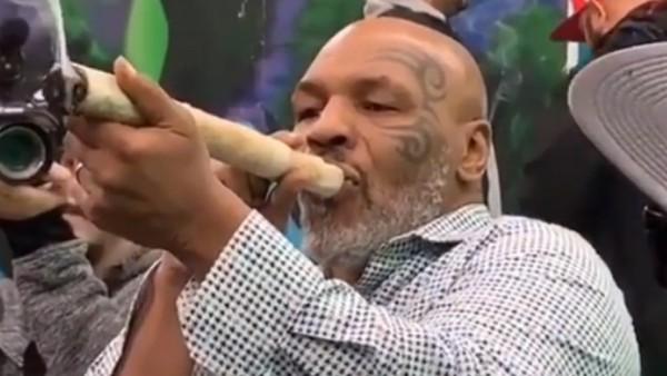 Mike Tyson se fuma enorme cigarro de marihuana