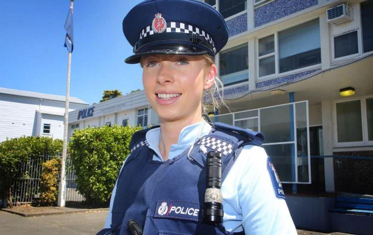 Masacre De Nueva Zelanda Twitter: La Fotografía Viral De Una Agente De Policía Tras La