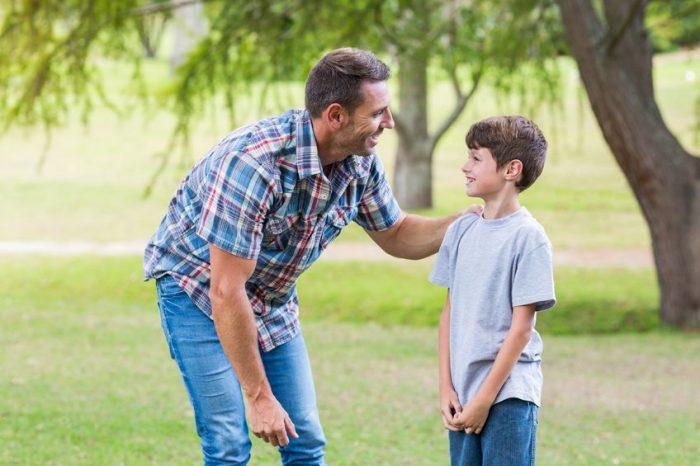 Padre golpea a los adolescentes que molestaban a su hijo