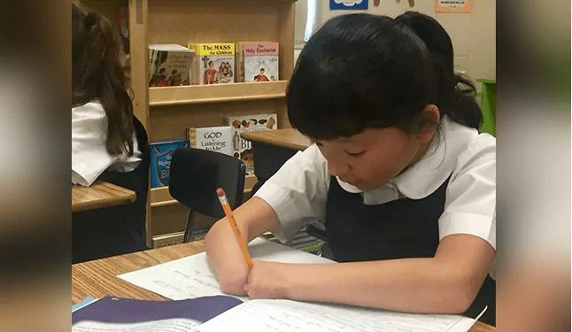 Pequeña que nació sin manos gana concurso nacional de escritura