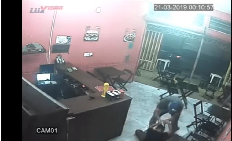 Se equivoca de hamburguesa y policía la golpea salvajemente