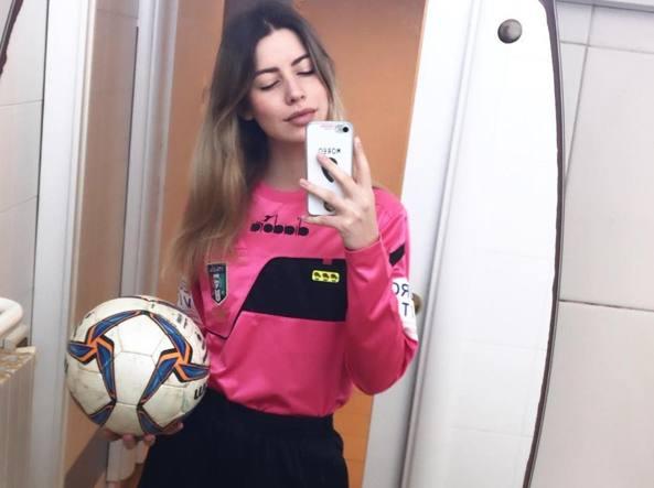 Arbitra Giulia Nicastro expulsa a futbolista que la acosó en pleno partido