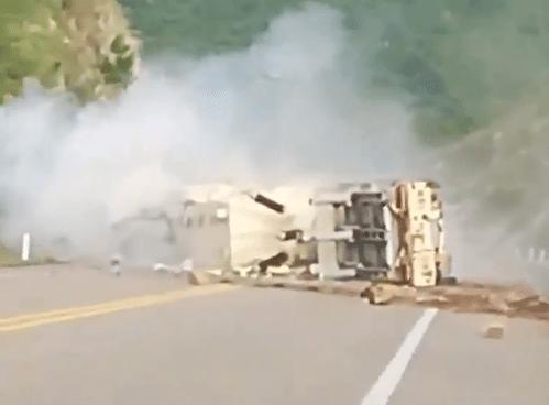 (VIDEO) Un tráiler sin frenos se accidenta en una carretera de México