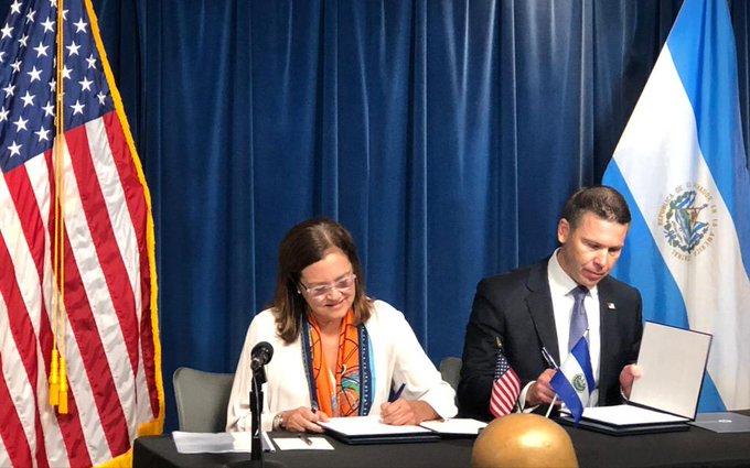 El Salvador firma acuerdo con EE. UU. para