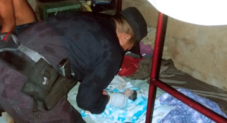 Bajo una persistente lluvia, policías atienden un parto en Panchimalco - Diario La Página