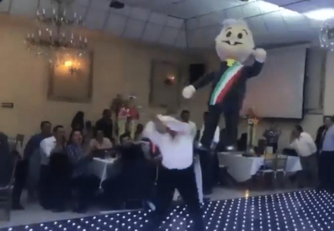 [Video] PRD arma posada con piñata de AMLO